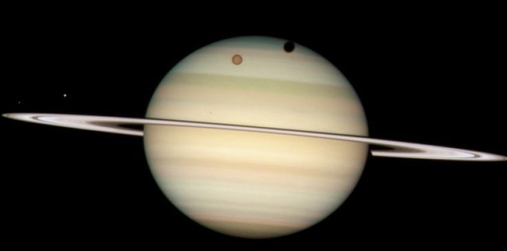 Titan, Mimas, Encelade, Dioné passant devant leur planète mère Saturne