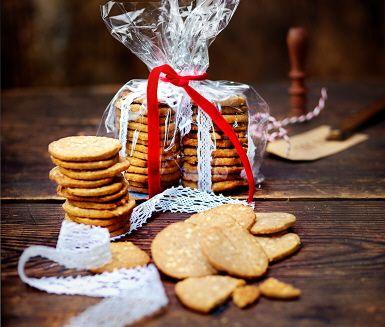 Snabbaste pepparkakorna i tunna, spröda skivor. Se till att degen får mycket smak av alla härliga julkryddor, blanda med mandelspån, rulla ihop den och låt svalna i kylen. Sen skär du tunna skivor och gräddar i ugnen.