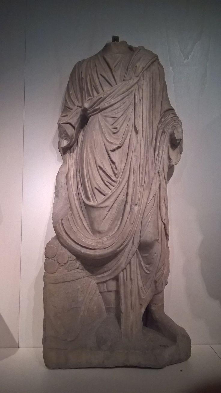 Dit is een beeld van een erg romeins ideaal: het dragen van een toga. Heel veel mensen denken dat iedereen van de rijkere romeinen een toga zou moeten hebben gedragen. Dit kan echter niet bewezen worden omdat de stoffen waarvan de kleding gemaakt was door de tijd heen vergaan is. Op heel veel beelden was het dragen van een toga wel afgebeeld maar dit is waarschijnlijk het geval omdat dit het hele ideaal liet zien.