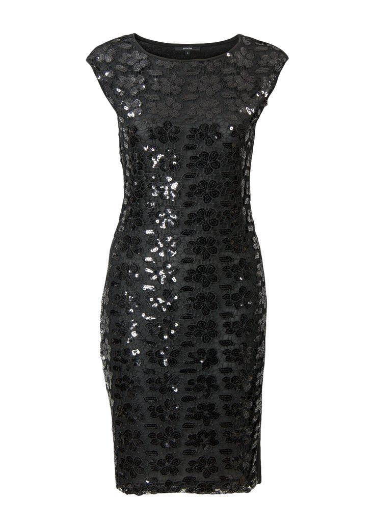 Zwarte jurk voorzien van kant en pailletten met kapmouwen en een ronde hals. Het is een aansluitend model gemaakt van soepele stretch kwaliteit. Knielengte. Lengte in maat M: 96 cm.<br /> <br />