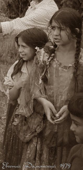 """Genetically, Gypsies are of Indian descent. The Romani are an ethnic group living mostly in Europe, who have been traced genetically to a group migrating from the north-western Indian Subcontinent about 1500 years ago. Romani are widely known in the English-speaking world by the exonym """"Gypsies"""" (or Gipsies). http://en.wikipedia.org/wiki/Romani_people"""
