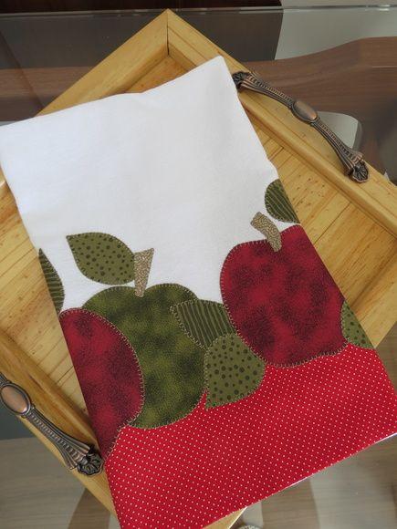 Patch aplique de Maçãs.  Bordado em ponto caseado.  Barra e aplicação em tecido 100% algodão.  Sob encomenda, as estampas podem sofrer alterações, mantendo as tonalidades.