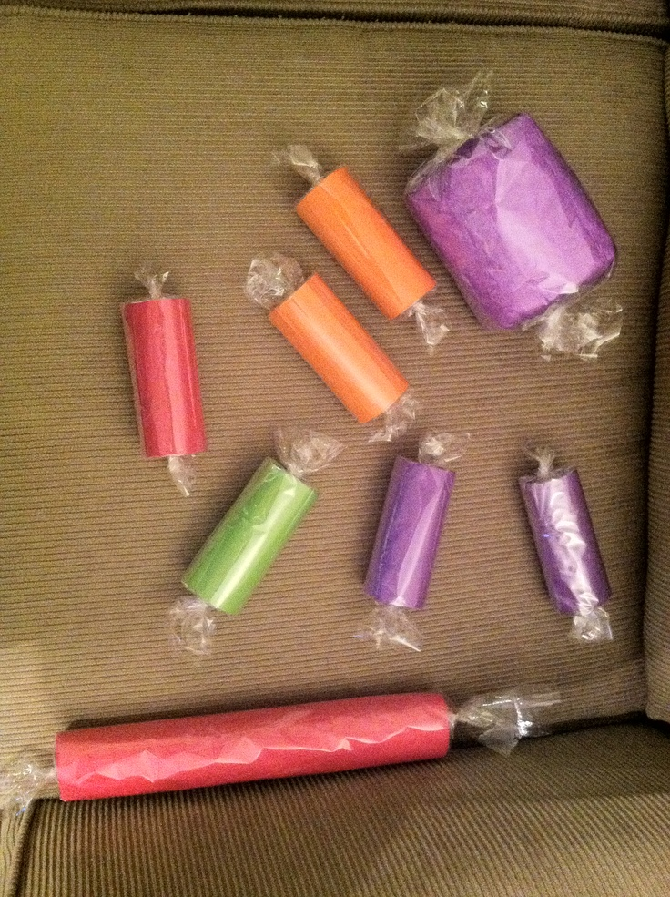 paper candy Make a diy toilet paper roll candy garland perfect to colorize your halloween party.