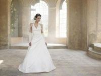 Lilly Brudekjole med halterneck 08-3109   En helt utrolig vakker Halterneck brudekjole med drapert liv og v-utringing.  Denne må sees. Vakre perlebroderier i hele overdelen også på ryggdelen. Vakre perlebroderier nederst på kjolen og bak på det lange vakre slepet. Snøreliv som gir en perfekt passform og hvor du er sikret at kjolen passer om du skulle gå ned eller opp litt. Kjolen kan nesten gå opp og ned en hel størrelse pga. snøringen. Sateng. Creme  KUN Str 34 og 36 IGJEN  På lager…