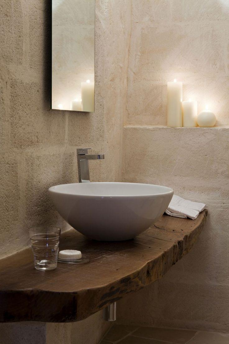 Waschtisch aus alter Holzbohle. Altes Holz als Waschtisch mit modernem Aufsatzwaschbecken. Schöne Einrichtungsidee für das Bad.