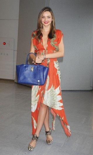 Het model arriveert op de luchthaven van Japan in een jurk van Wes Gordon, een koningsblauwe tas van Samantha Thavasa en Bionda Castana leopard-sandalen.
