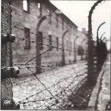 !938  Iniziano gli arresti e le deportazioni degli ebrei nei campi di concentramento.