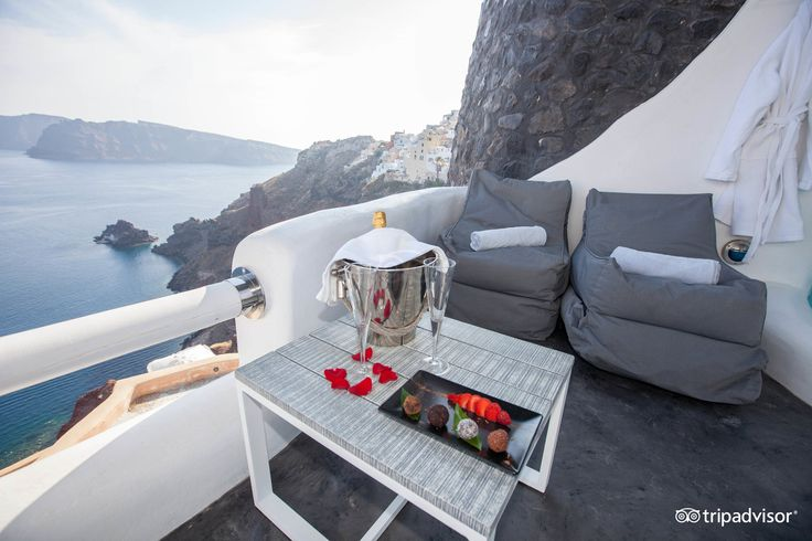 What better place to propose to your loved one, than the intimacy of your #ArtMaisons villa? #Santorini #Caldera #Romance