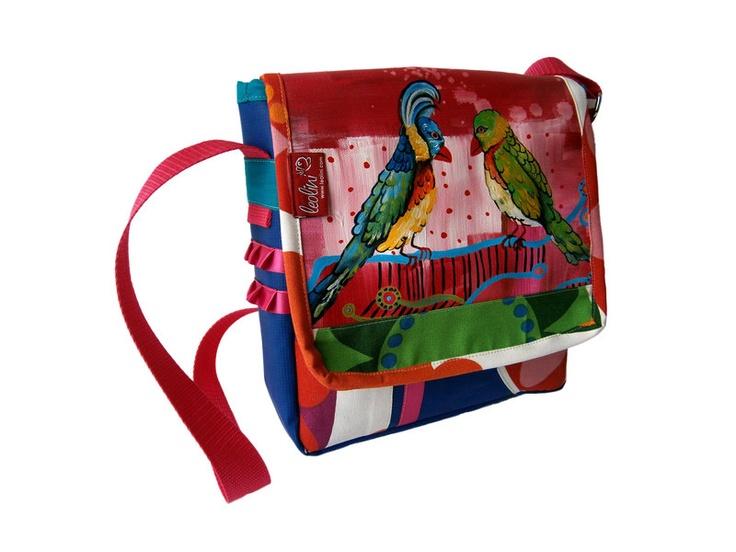 Bei deiner Tasche - Plaudertasche handelt es sich um ein 100% handgefertigtes Unikat. Deine bunte, kreative Schultertasche wurde aus extra festem Planenstoff (Poolplane) und Stoffen genäht.  Bei deiner Tasche -