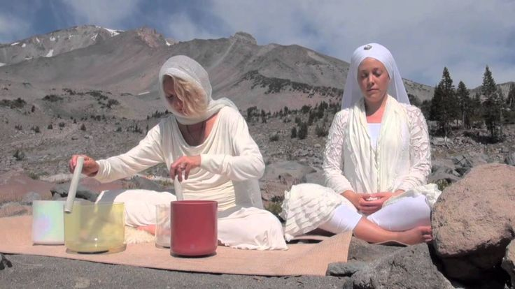 Ashana Playing Crystal Singing Bowls on Mt. Shasta - 4 minutes of beautiful singing bowl meditation