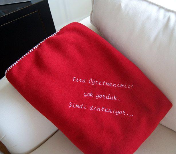 Öğretmenlerimiz bizler için yoruluyor, dinlenmeleri için güzel bir hediye :) Özel işleme ile mesajınızı yazdırabileceğiniz battaniye..