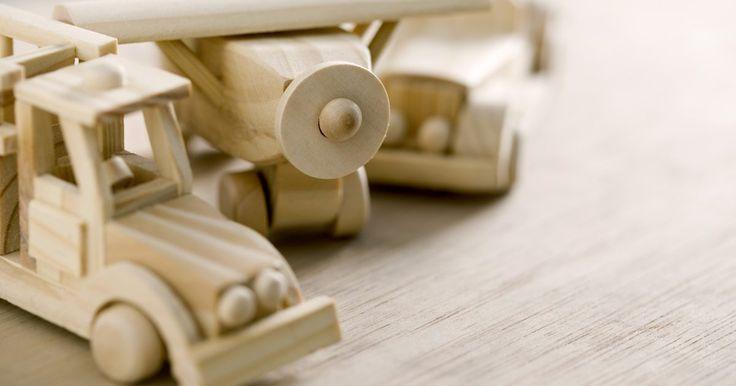 Cómo hacer las ruedas y el eje de un juguete. Hacer automóviles de juguete es un pasatiempo que muchos trabajadores de la madera disfrutan. Crear ruedas que giren suavemente, con ejes centrados de manera precisa, es una de las claves para un buen automóvil de juguete. Muchos métodos para hacer las ruedas son muy complicados o el equipamiento es muy caro, para los aficionados promedio. Un ...