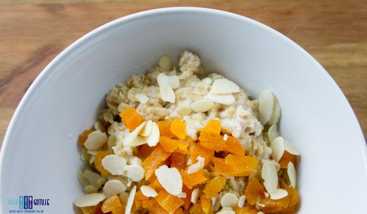Owsianka z suszonymi morelami.  Podrridge with dried apricots.