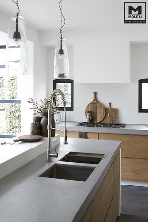 Bekijk de foto van ptd met als titel Houten keukenkastjes, betonlook aanrechtblad, witte muren & witte schouw om de afzuigkap, houten dienbladen, gietvloer/vinyl vloer [foto van pinterest, Molitli interieurmakers]. en andere inspirerende plaatjes op Welke.nl.