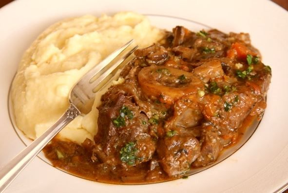 Οσομπούκο σε σάλτσα ντομάτας με λαχανικά και μυρωδικά! Osso Buco... ένα υπέροχο Ιταλικό πιάτο!Osso στα ιταλικά σημαίνεικόκαλο και Buco τρύπα και πρόκειτ