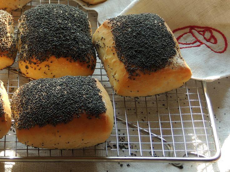 Når vi en sjælden gang køber morgenbrød hos bageren, så skal jeg altid have en håndværker, fordi jeg elsker det tykke lag med blå birkes ovenpå. Jeg har faktisk aldrig tænkt på at bage håndværkere …