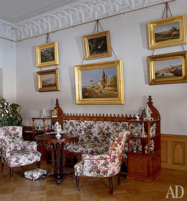 Фермерский дворец в Петергофе. Гостиная императрицы Марии Александровны с пейзажами на стенах и фигурками мейсенского фарфора на этажерках.