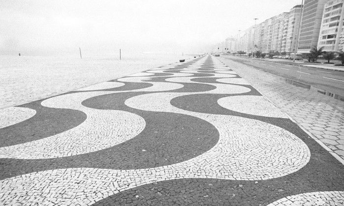 Calçadão de Copacabana foi o primeiro de pedras portuguesas no Rio - Jornal O Globo