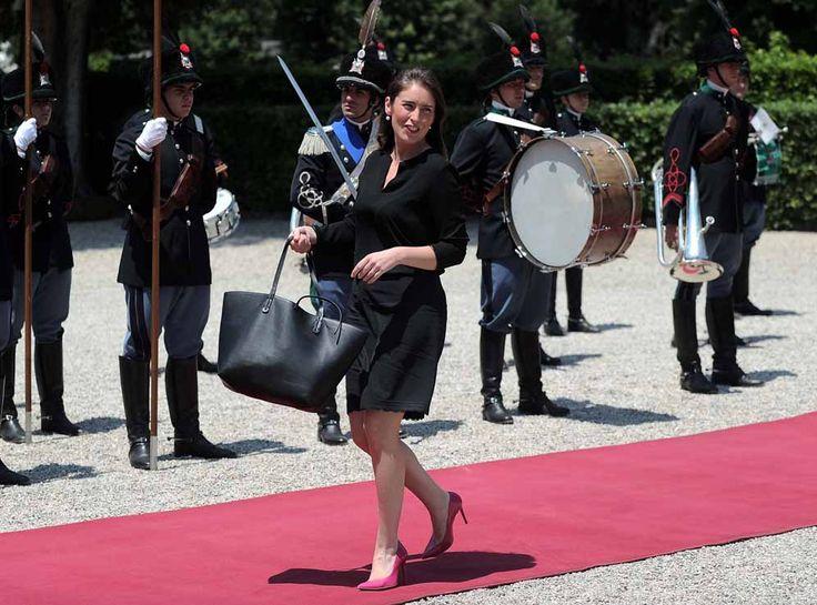 Maria Elena Boschi, sfilata (che sembra di moda) sul tappeto rosso. E le forme sono sempre più morbide. Guarda le foto e giudica tu… | Attualità