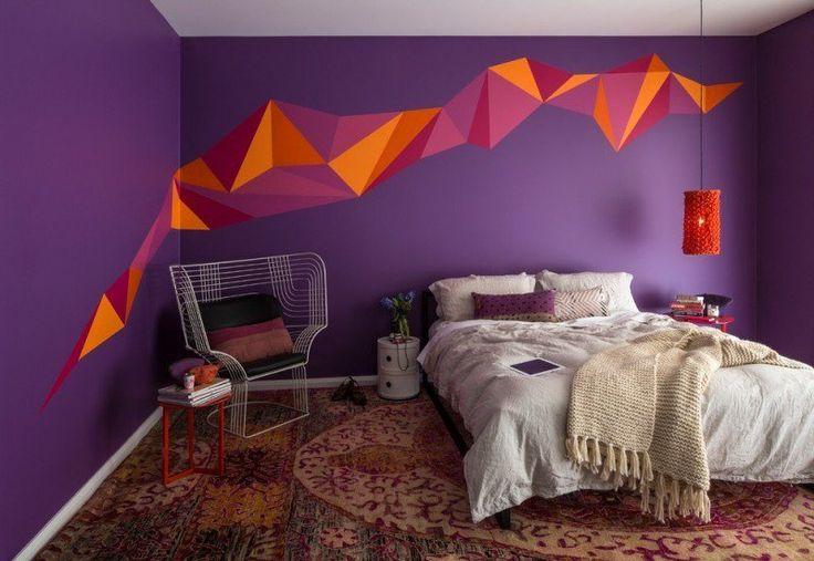 chambre à coucher moderne avec peinture murale pourpre et motifs géométriques en orange, magenta et pourpre