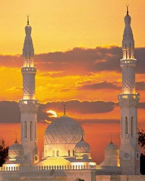 Masjid Jumeirah Dubai yang terlihat semakin indah dan menawan dikala matahari terbenam.  Maa Syaa Allah. Semoga الله سبحان و تعالى memberikan kita rezekinya dan kesempatan untuk bisa berkunjung kesana . آمين  Like & Follow .  @mahjannah http://ift.tt/2f12zSN