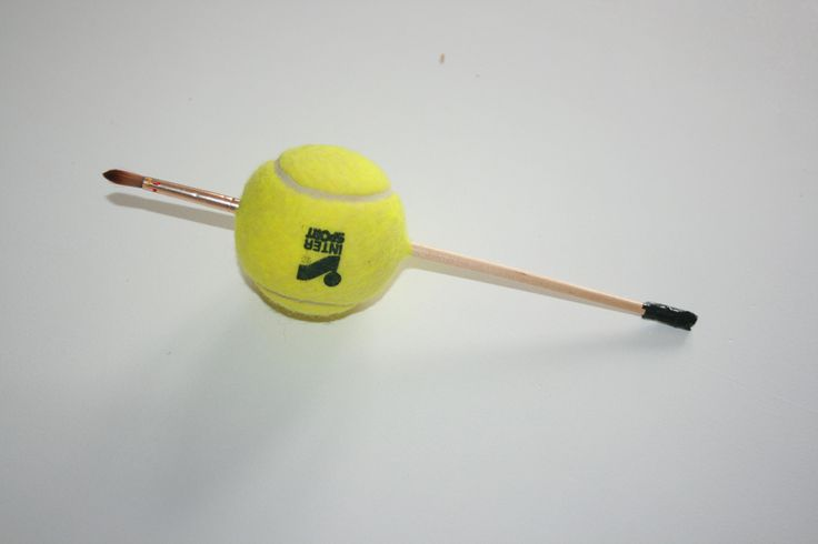 Meer grip op een kwast door hem door een tennisbal te steken. Voor mensen met…