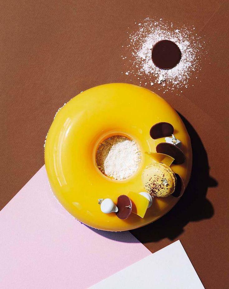 Tips! Når du skal glasere en kake som er flat på toppen, har du bare én sjanse til å lykkes. Har du først begynt prosessen, må du kjøre løpet ut og gjennomføre, om du stopper blir det mislykket. Dersom kaken er ringformet eller ikke flat på toppen, er det bare å tømme glasuren utover kaken – den flyter dit den skal.