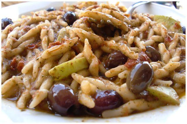 Trofie con pesto, olive nere e pomodorini secchi