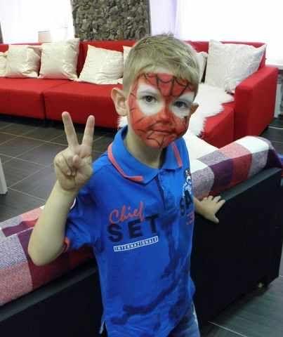 Лицо мальчика в виде человека-паука