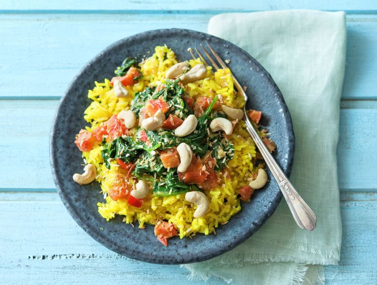 Gele rijst met curry van spinazie, tomaat en cashewnoten