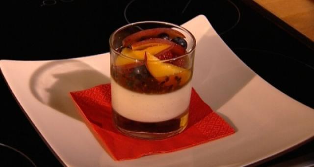 Panna cotta met caramel en vers fruit - Recept   VTM Koken