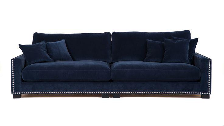 Blå Valen XL i blå sammet. Soffa, djup, låg, vardagsrum, möbler, nitar, silver, inredning.