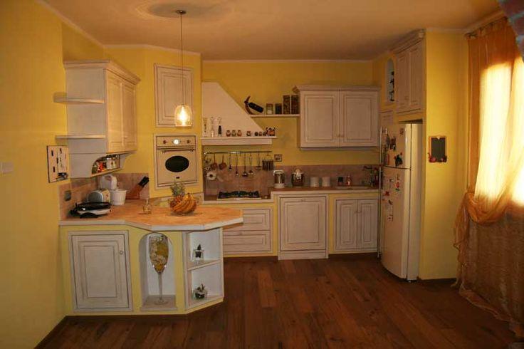 Cucina su misura con laccatura a pennello e invecchiatura --> http://ow.ly/SEr89