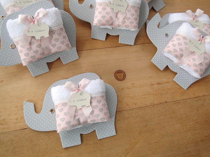 Lembrancinha super bacana para Maternidade: Toalhinha na embalagem de Elefantinho!!!  Cinza com rosa bebê!    ------------------ Antecipe seu pedido e pague menos!!! ------------------    Prazo para produção de até 30 dias úteis: 13,00 a unidade;  Prazo para produção de até 20 dias úteis: 13,80 a...