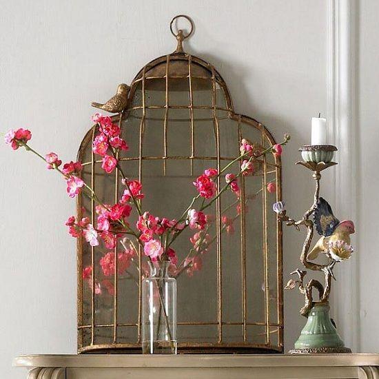 Потертая клетка для птиц отлично сочетается с остальными элементами декора в старинном стиле.