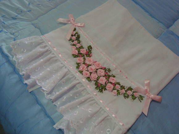 Fralda Infantil bordada a mão com fita de cetim nos tons de rosa,acabamento com barra de Lesie e passa fita branco com fitas tambem nos tons de rosa.    Confeccionamos nas cores de sua preferencia!!!