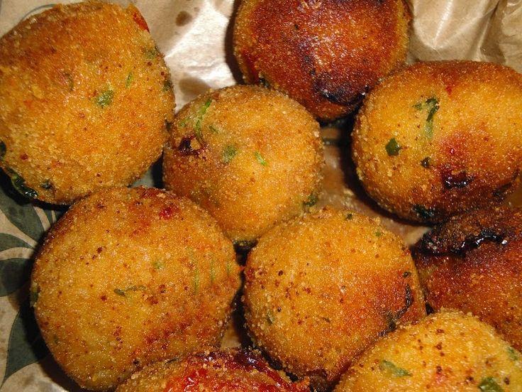 POLPETTE DI TONNO E PATATE        INGREDIENTI:   200 g di tonno sgocciolato   700 g di patate 20 g di parmigiano o grana grattugiato 1 uo...