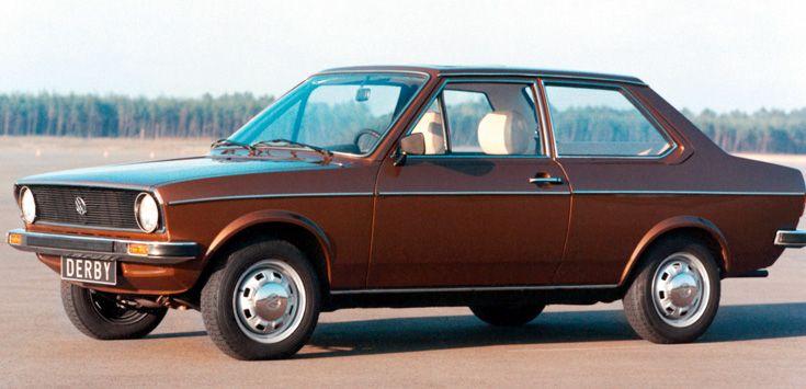1977 Derby I >>  Der Derby zeigt, wie ideale Basismobilität aussehen kann: kompakt, ausreichender Sitzraum, keine Gepäckprobleme, demokratischer Anschaffungspreis, wirtschaftlicher Betrieb. Zur Wahl stehen zwei Motoren, die auch aus dem Polo bekannt sind, ein 1,1-Liter mit 40 PS, ein 1,1-Liter mit 50 PS und ein 1,3-Liter mit 60 PS