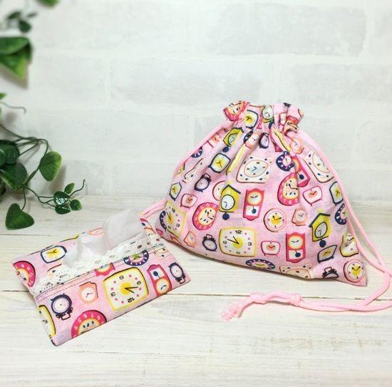 時計柄の巾着袋です。内側に小さなポケットを付けました。 お揃いの生地でポケットティッシュカバーがセットになってます♪ 夏の夜、楽しくお出かけしていただけます。 ポケットティシュカバーの裏地はウサギ柄で、マチナシです。●カラー:ピンク●サイズ:深さ:21cm巾:23.5cm紐長さ:39cmケース縦:13.5cm×横:9cm●素材:表地 裏地共に木綿地 レース●注意事項樹:柔らかい素材で出来ておりますので 洗濯はネット等をご使用ください。●作家名:by-cartoon2可愛い/コップ袋/お弁当袋/お洒落/かわいい・おしゃれ/裏地付き/巾着・バッグ/入園・入学/布小物/女の子用/通園通学グッズ/両引きひもタイプ/ふくろ/お着替えセット収納/袋【配送】ゆうパック(保証・追跡サービスあり)レターパック(保証なし・追跡サービスあり)定形外郵便物…