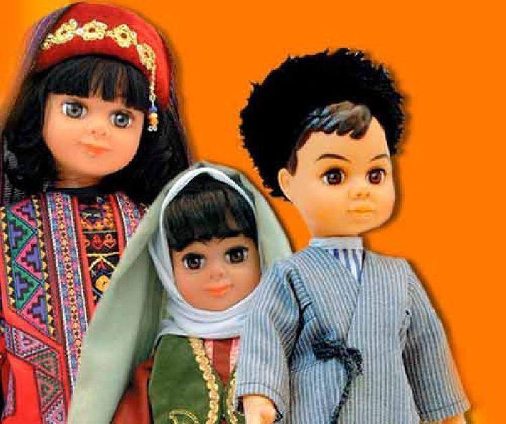 Iran-Sara in abito tradizionale e Dara il fratello gemello. Si tratterebbe di due bambole che sono due gemelli creati in iran nel 1980. I due indossano gli abiti tradizionali dell'Iran per promuovere