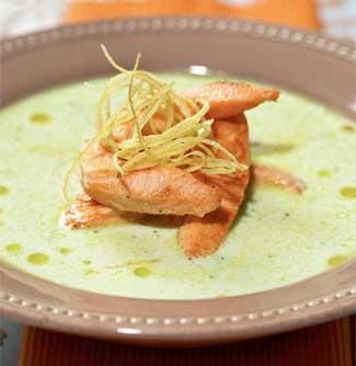 Жареный лосось с супом из йогурта и огурцов