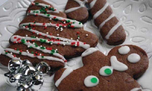 Το πνεύμα των Χριστουγέννων βρίσκεται παντού! Φτιάξτε λαχταριστά χριστουγεννιάτικα μπισκότα με 5 μόνο υλικά και το σπίτι σας θα μοσχομυρίσει! ΥΛΙΚΑ: • 1 φλ