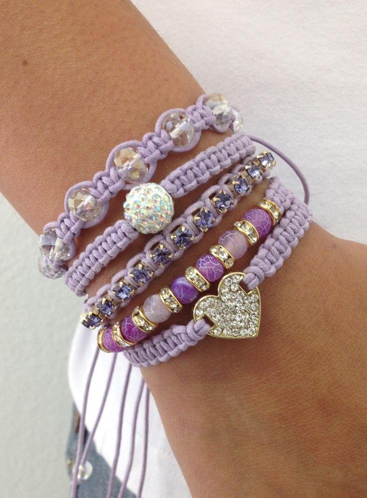 Kit de 5 pulseiras, confeccionadas em macramé com cordão encerado na cor lilás, sendo:  - 1 pulseira com coração de strass lilás  - 1 pulseira com pedra natural ágata lilás de 6 mm e rondelas de strass  - 1 pulseira de corrente de strass em banho dourado  - 1 pulseira contendo 1 bola de strass de...