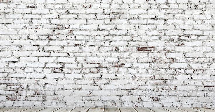 Cómo escuchar a través de las paredes. Escuchar a través de las paredes es un juego divertido para niños con hermanos con habitaciones separadas que comparten una pared. Muchas veces los niños escuchan a través de las paredes para espiar a sus padres en las discusiones sobre sus posibles castigos por mal comportamiento. Las aplicaciones más prácticas de este procedimiento incluyen ...