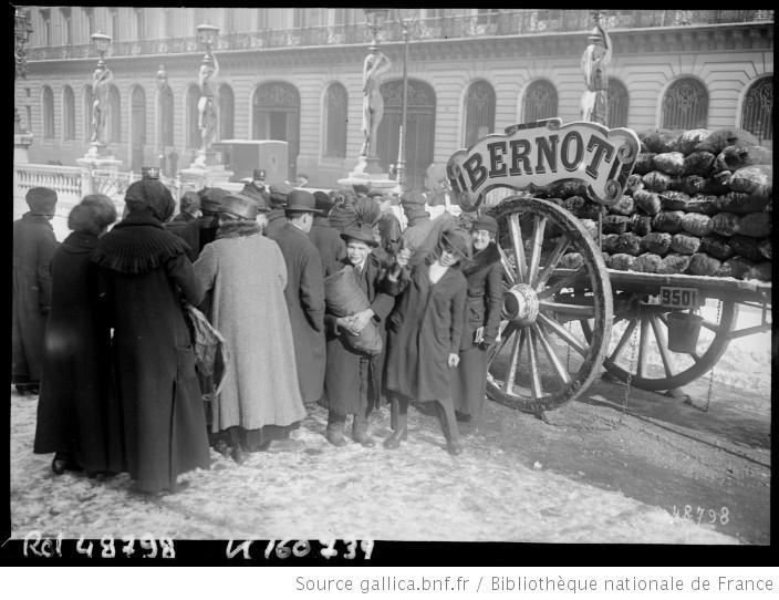 Vente de charbon à l'Opéra en 1917 [Paris] : [photographie de presse] / [Agence Rol] -