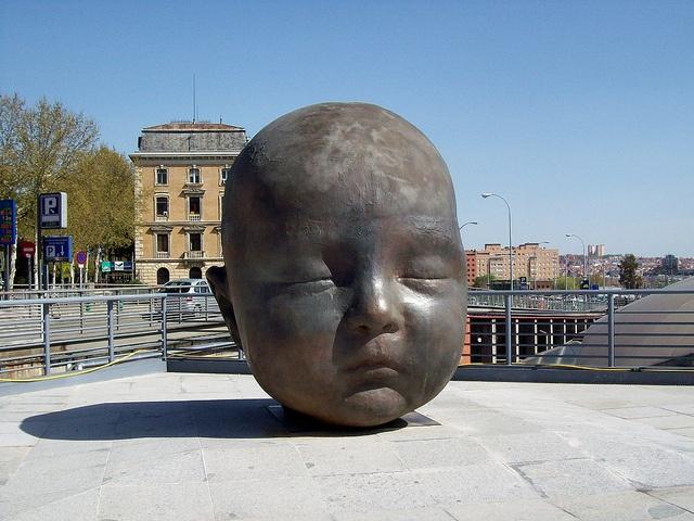 Estación de Atocha .Madrid .Escultura de Antonio Lopez de su nieta existe enfrente otra con los ojos abiertos
