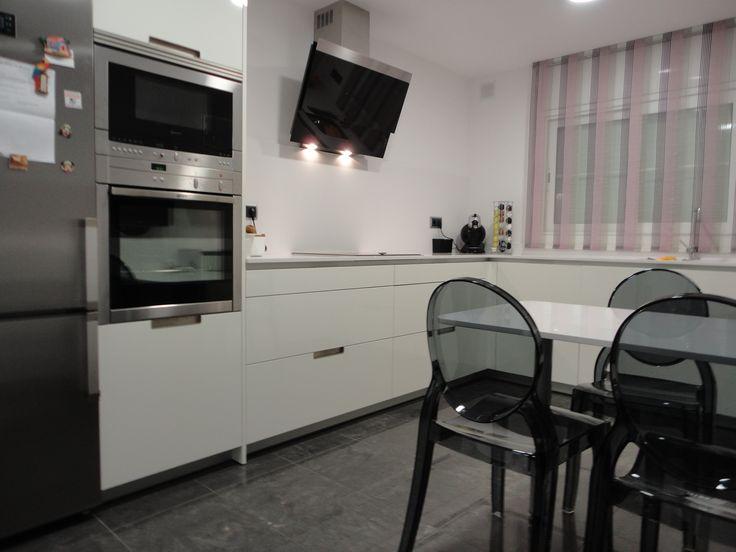 Reforma cocina m o mobiliario santos minos l blanco brillo campana decorativa cristal negro - Campanas de cocina decorativas ...