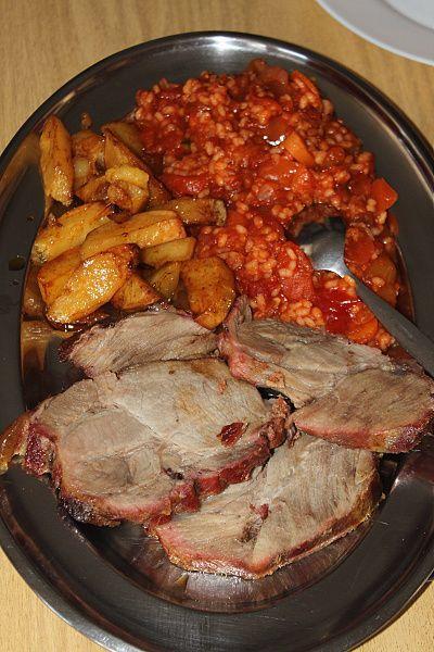 večeře na historické jachtě SILVA - vepřová krkovice, džuveč a opečené brambory