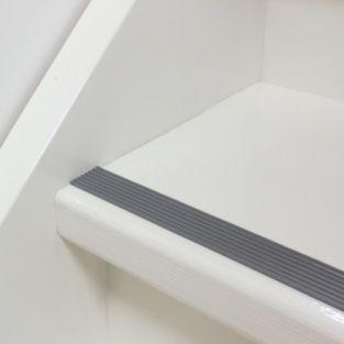 Witte trap met grijze antislip strip, eventueel trap ook in licht grijze kleur schilderen met zijkanten wel wit