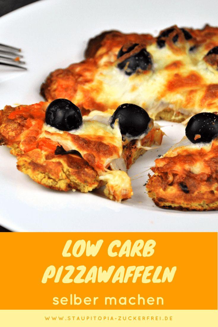Low Carb Pizzawaffeln: Im Waffeleisen kannst du nicht nur süße Waffeln backen. Diese herzhaften Low Carb Waffeln sind mein heimlicher Favorit, wenn es um das Backen mit dem Waffeleisen geht. Die Kombination von Mandelmehl, Lupinenmehl und Sojamehl funktioniert hervorragend für die Low Carb Pizzawaffeln und bildet die perfekte Grundlage für ein Low Carb Abendessen aus dem Waffeleisen. Hol dir jetzt das Rezept auf www.staupitopia-zuckerfrei.de #pizza #lowcarbpizza #pizzawaffeln #lowcarbwaffeln